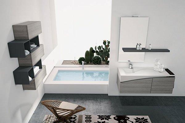 una vasca con dell'acqua e sulla destra un lavandino