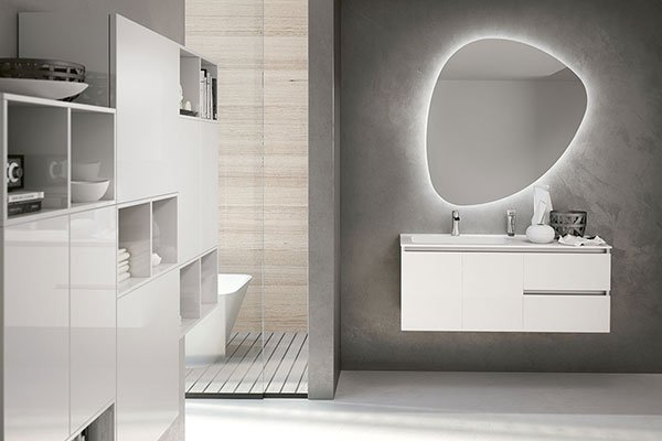 un mobile da lavabo e uno specchio con delle luci a led