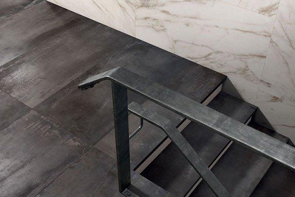 delle scale con il pavimento in parquet