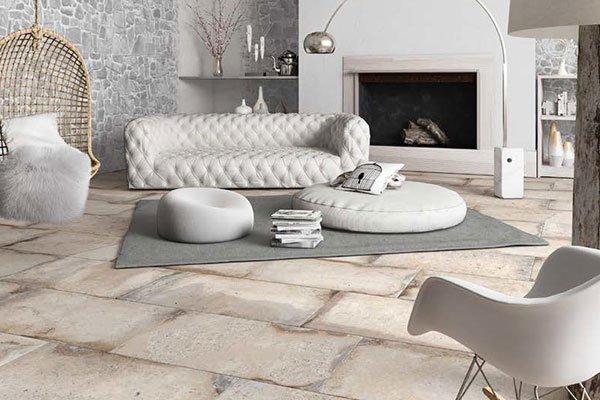 un divano e due pouf grandi di color bianco