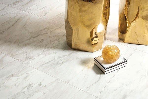 un pavimento in marmo di color bianco