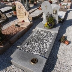 Realizzazioni lapidi e tombe in marmo td marmi for Arredi cimiteriali