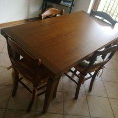Verniciatura tinta noce di un tavolo in legno