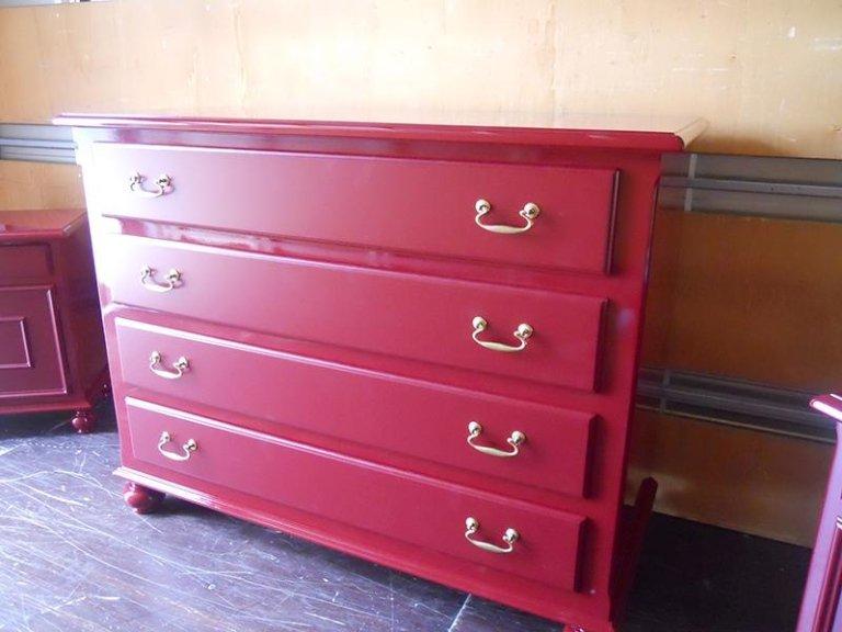 Laccatura rossa di una cassettiera antica