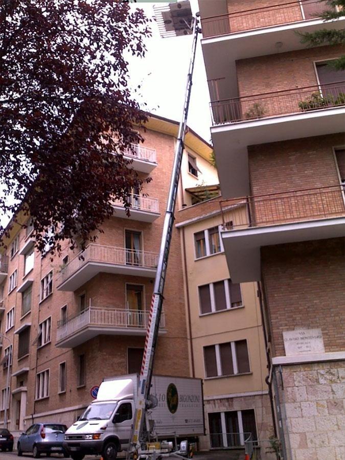 Giulio Bigonzoni Traslochi & Trasporti - Noleggio scale montacarico per traslochi