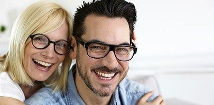 una coppia di giovani con occhiali da vista