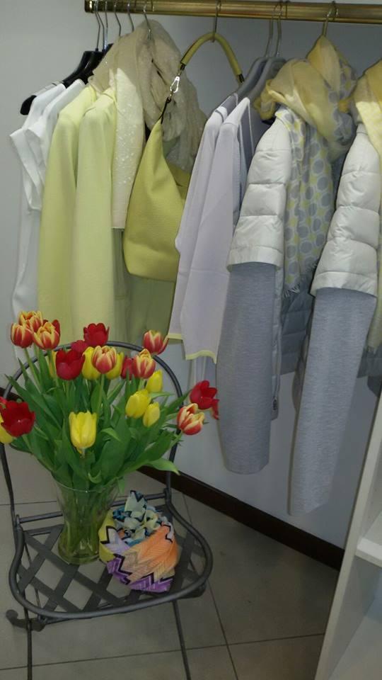 un appendiabito con degli abiti da donna di color giallo e grigio