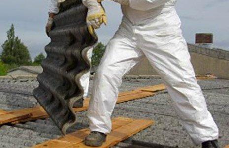 Operatore montando le targhette del tetto