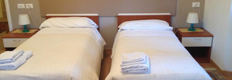 due letti singoli in una camera da letto