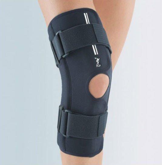 una tutore al ginocchio