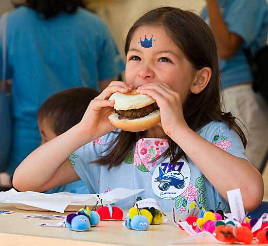 Eating Burger at 18th Chubu Walkathon