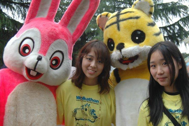 Characters with participants at Chubu Walkathon 2010