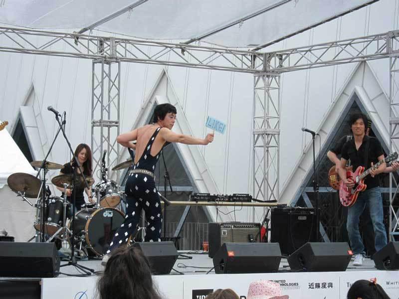 Tomo Shaga performing at Chubu Walkathon