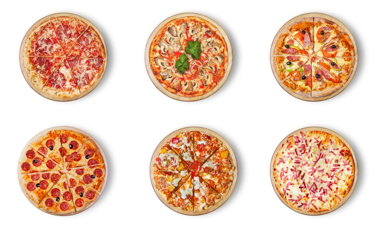 dei piatti con delle pizze di diversi gusti