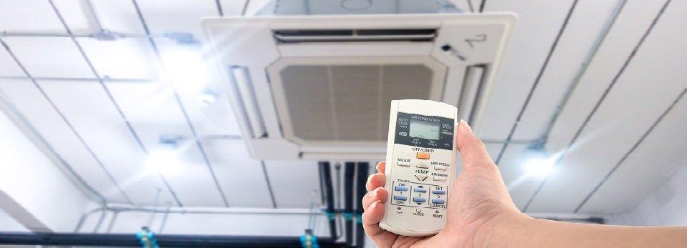 un telecomando per azionare un condizionatore a soffitto