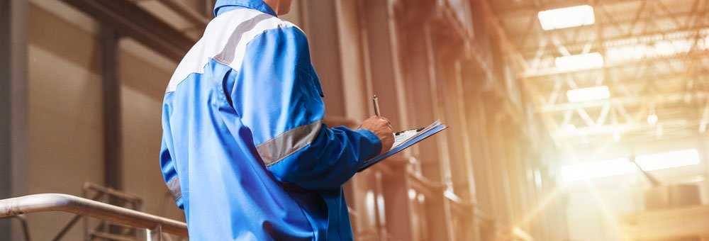 tecnico durante controlli in una fabbrica
