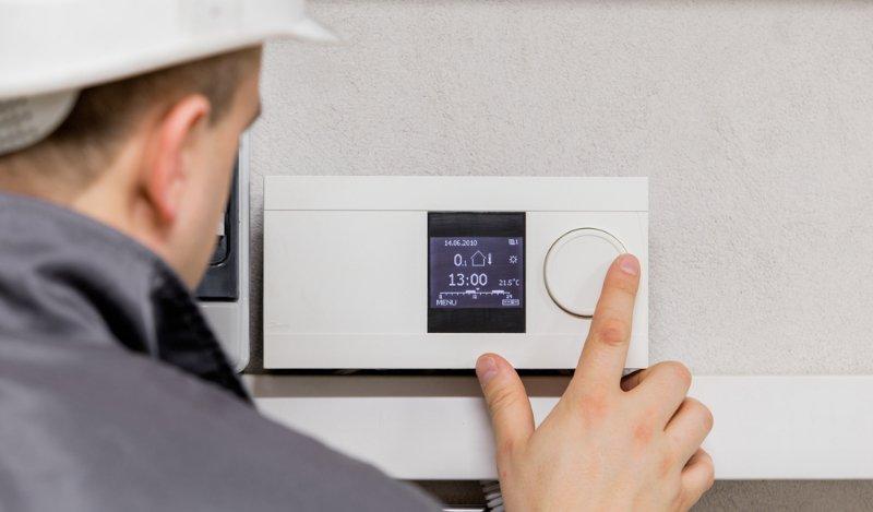 tecnico effettua un controllo su impianto di riscaldamento