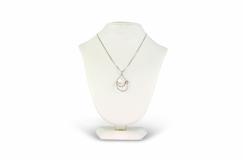 una collana d'argento su un manichino
