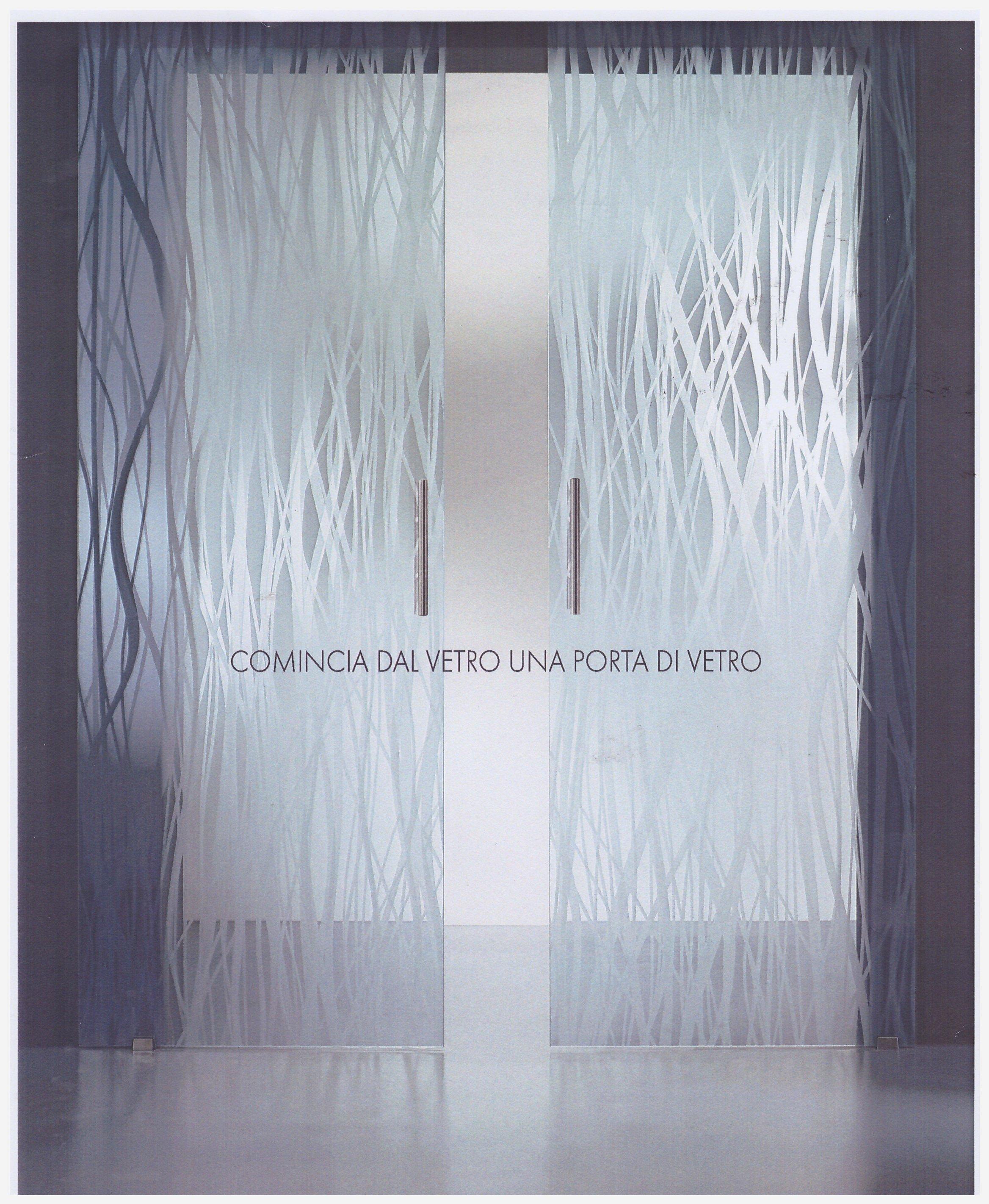 porta di vetro semiaperta decorata