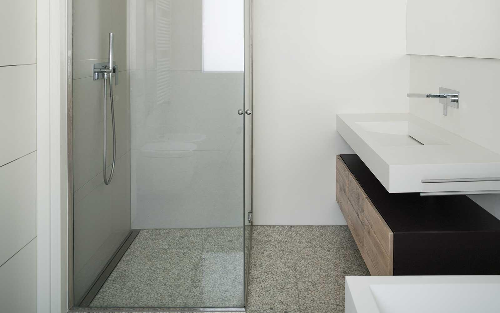 Box doccia. Lavandino rettangolare e mobile di legno
