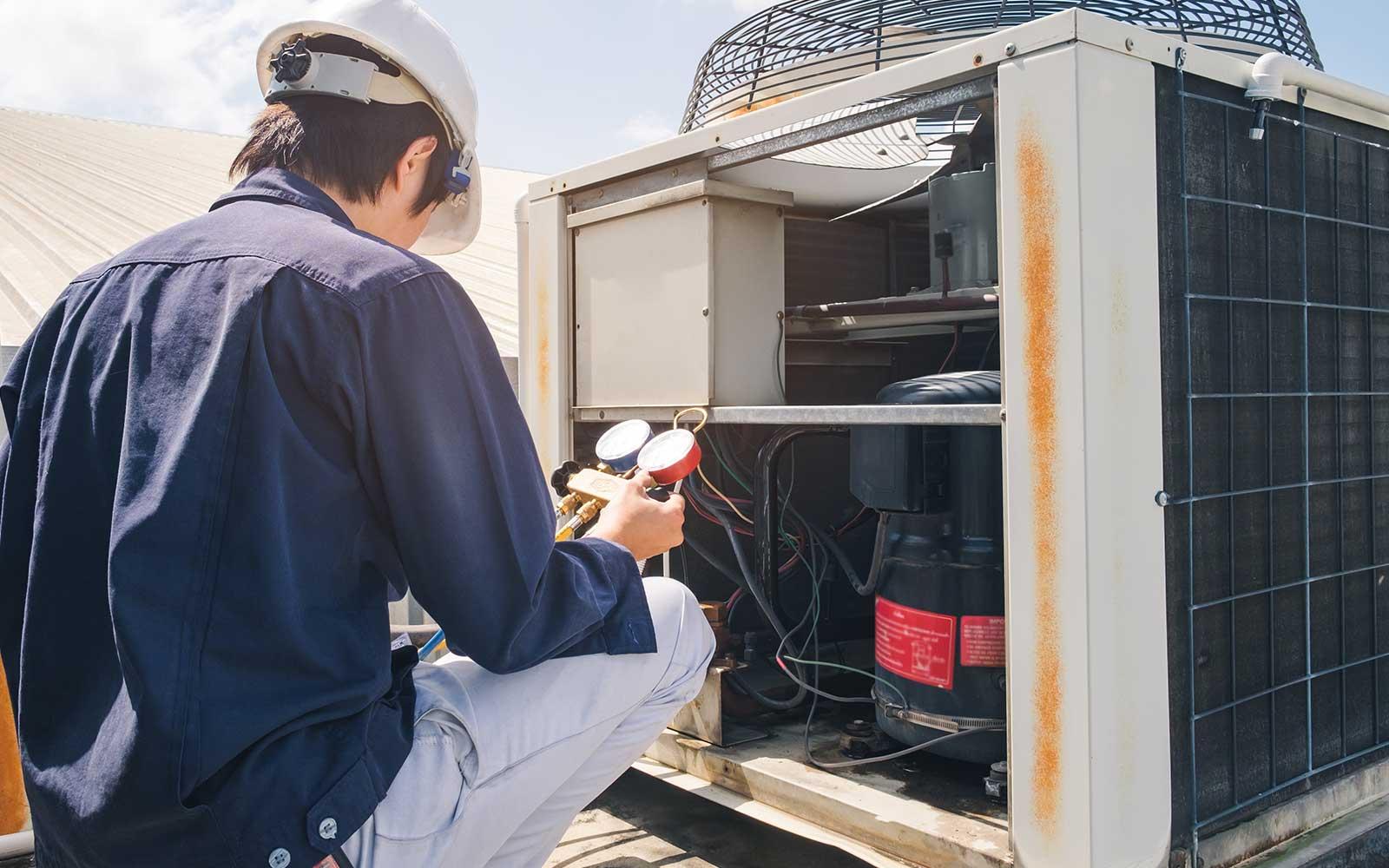 Constatando la pressione del gas del sistema di refrigerazione