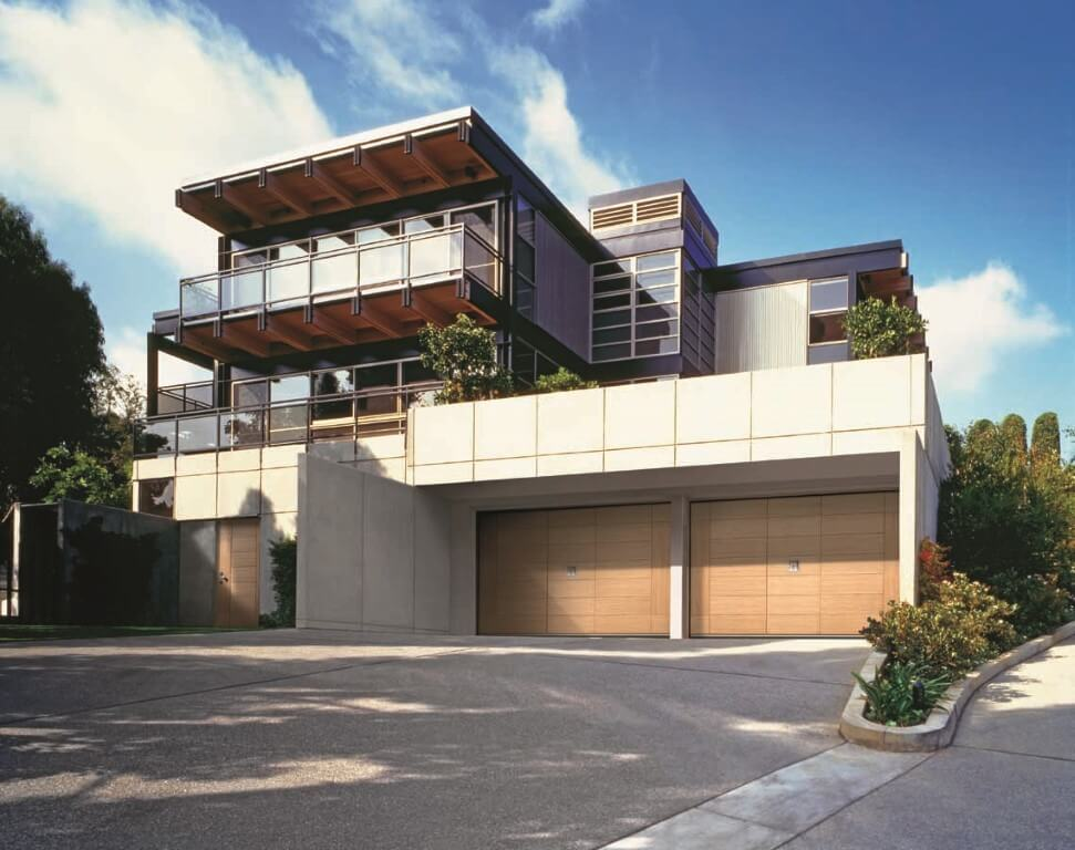 Abitazione con primo piano su entrata di garage