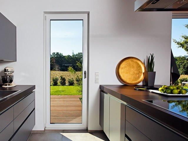 porta-finestra in vetro con infissi in PVC per l'isolamento acustico e termico