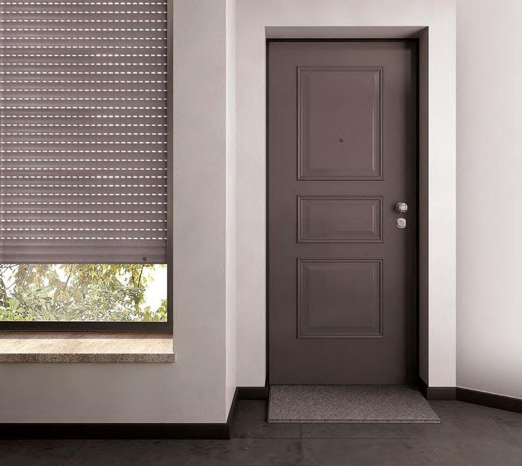 Porta interna e tapparella grigie