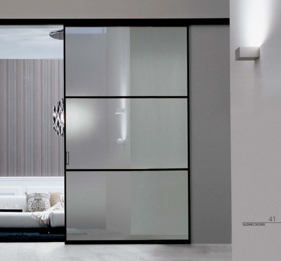 Telaio nero e vetri satinati per porta scorrevole