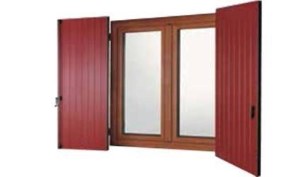 Oscurante rosso per finestra marrone
