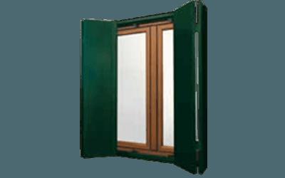 Oscuranti verde scuro su finestra