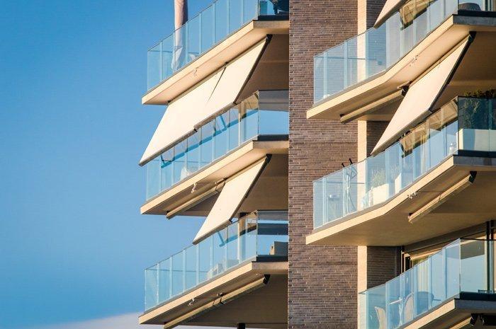 Tre tende da sole gialle per balconi
