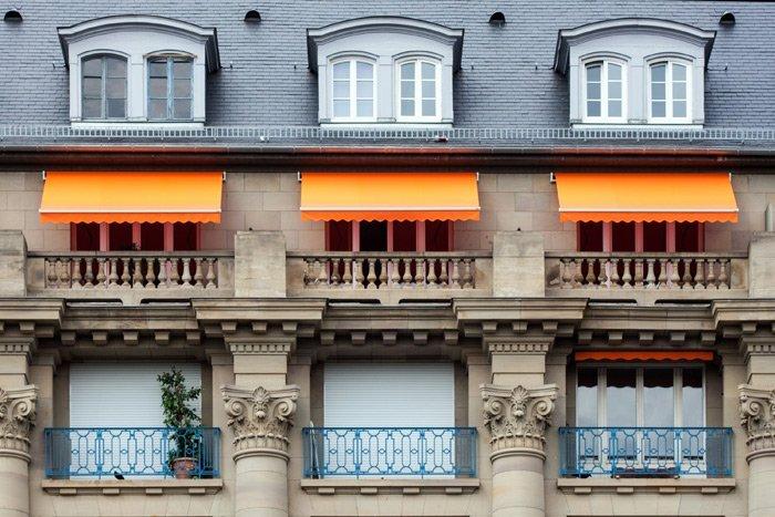 Tre tende da sole arancioni