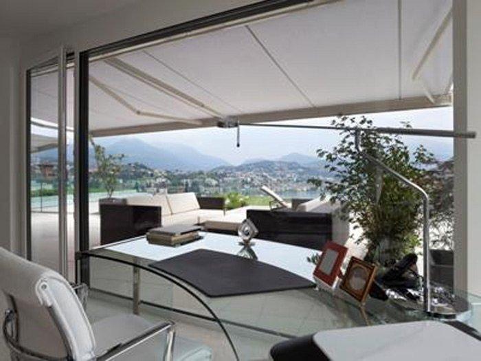 Tenda da sole colore bianco montata su veranda