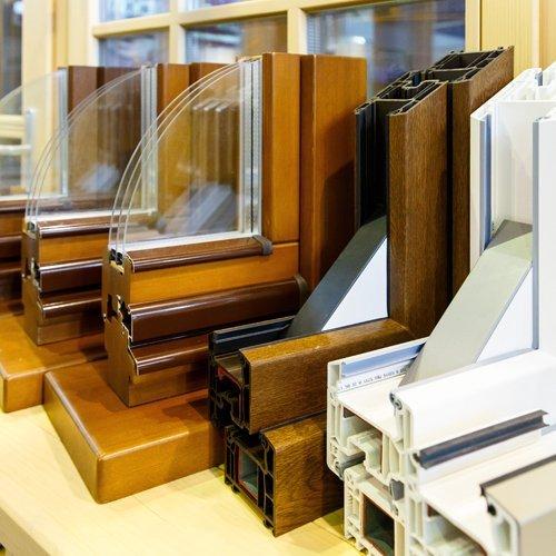 esposizione di campioni d'infissi in PVC e legno