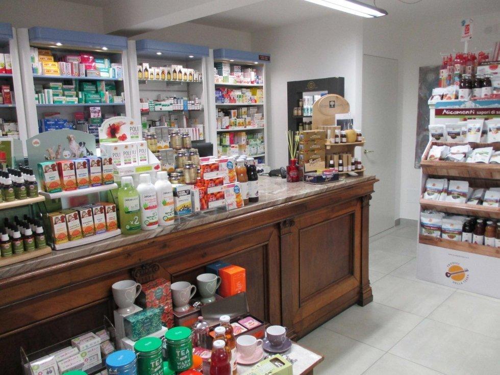 esposizione di prodotti omeopatici in una farmacia