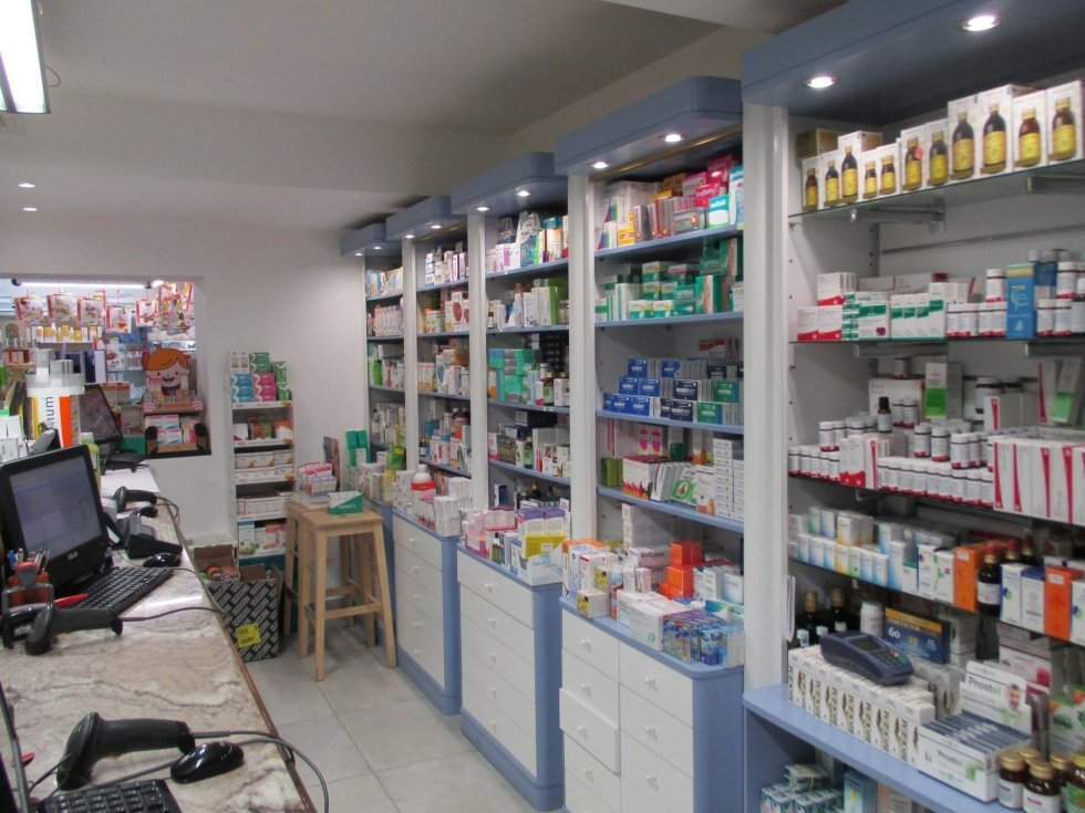 Scaffali con prodotti medicinali