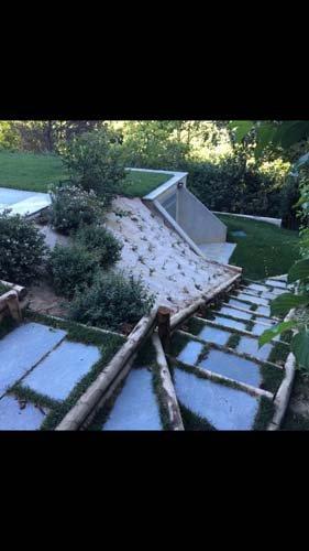 Costruzione di un vialetto in pietra in un giardino