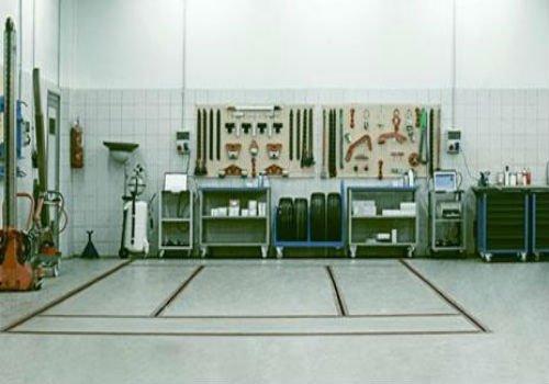Vista di una parete con strumenti organizzate in pannelli
