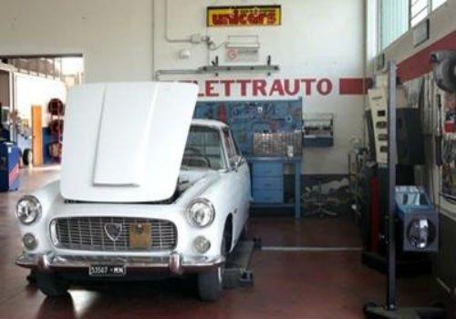auto vecchio aperto per revisione