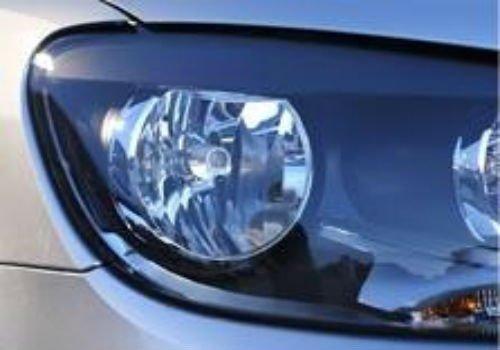 Primo piano del proiettore diritto dell'automobile
