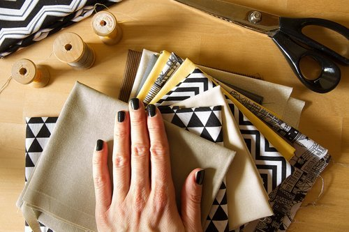 donna con tessuti per il patchwork ed accessori di cucire