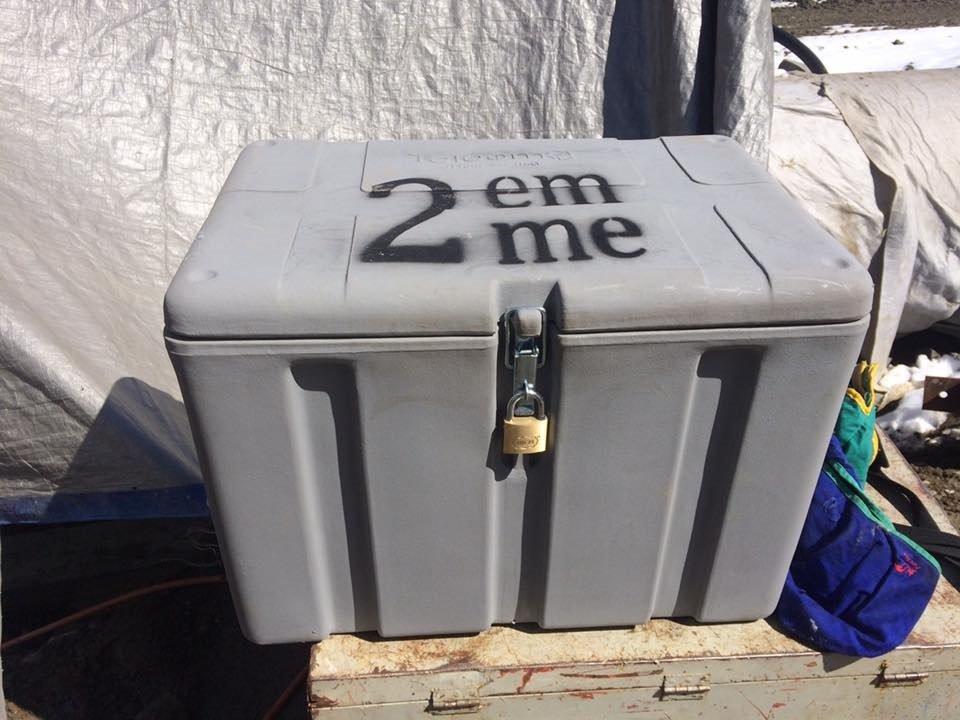 un piccolo container con scritto 2 emme