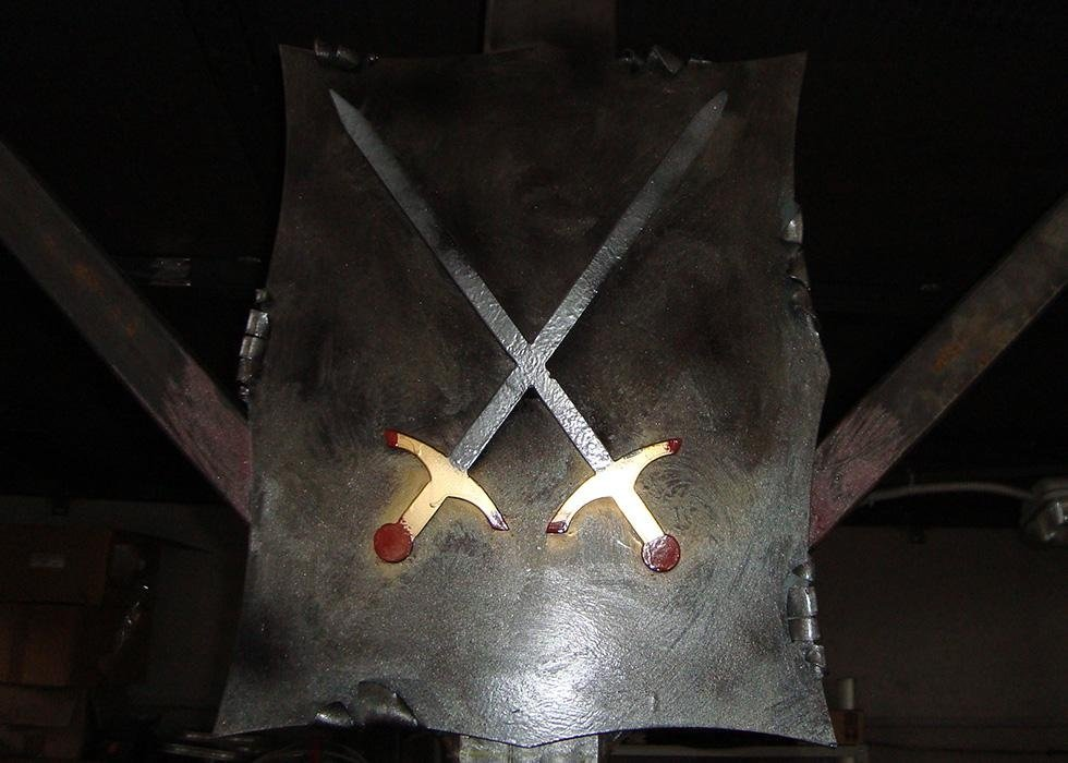 una struttura di ferro quadrata con due spade incrociate