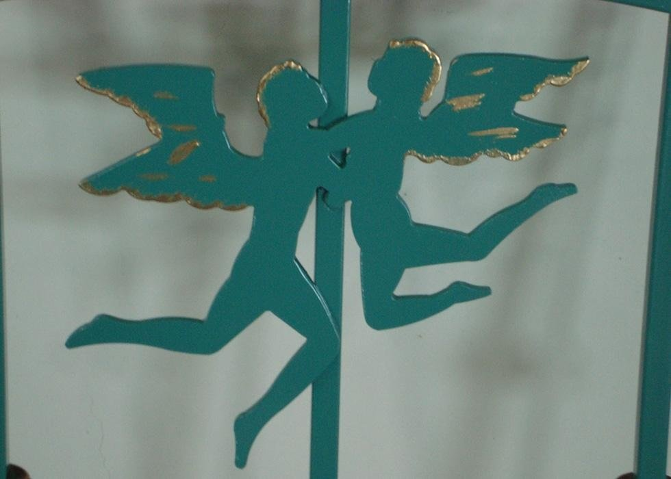due angeli verdi in ferro battuto che si abbracciano