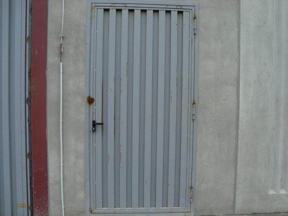 una porta in ferro