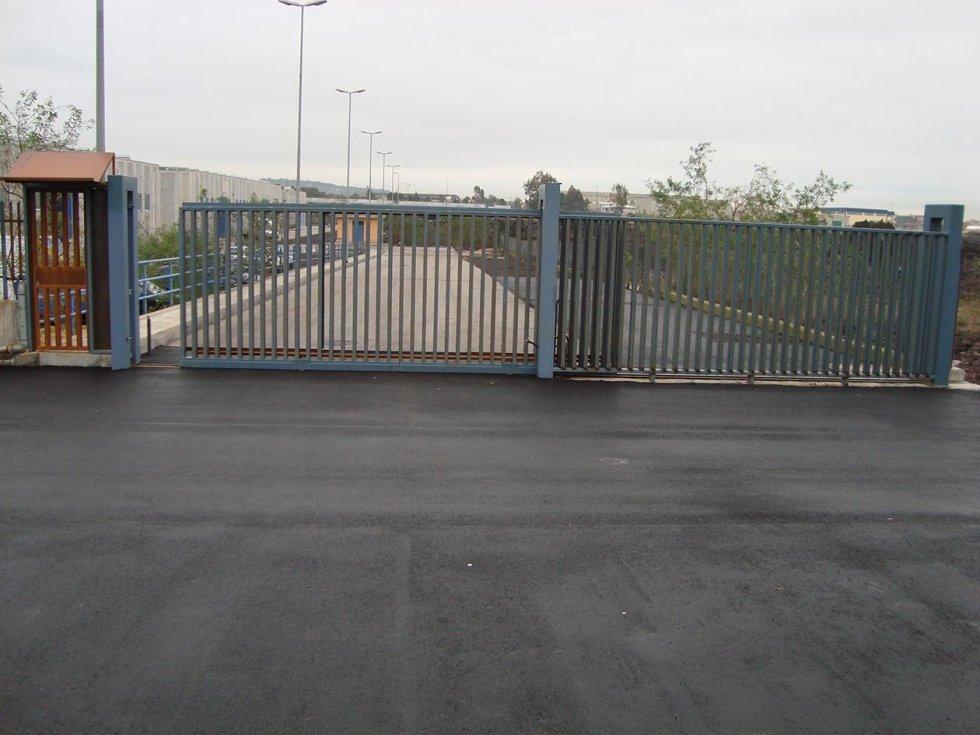un cancello grigio automatico