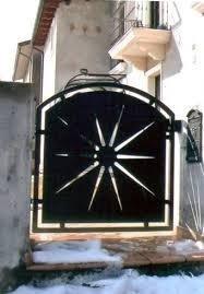 un cancello in ferro nero con una stella al centro