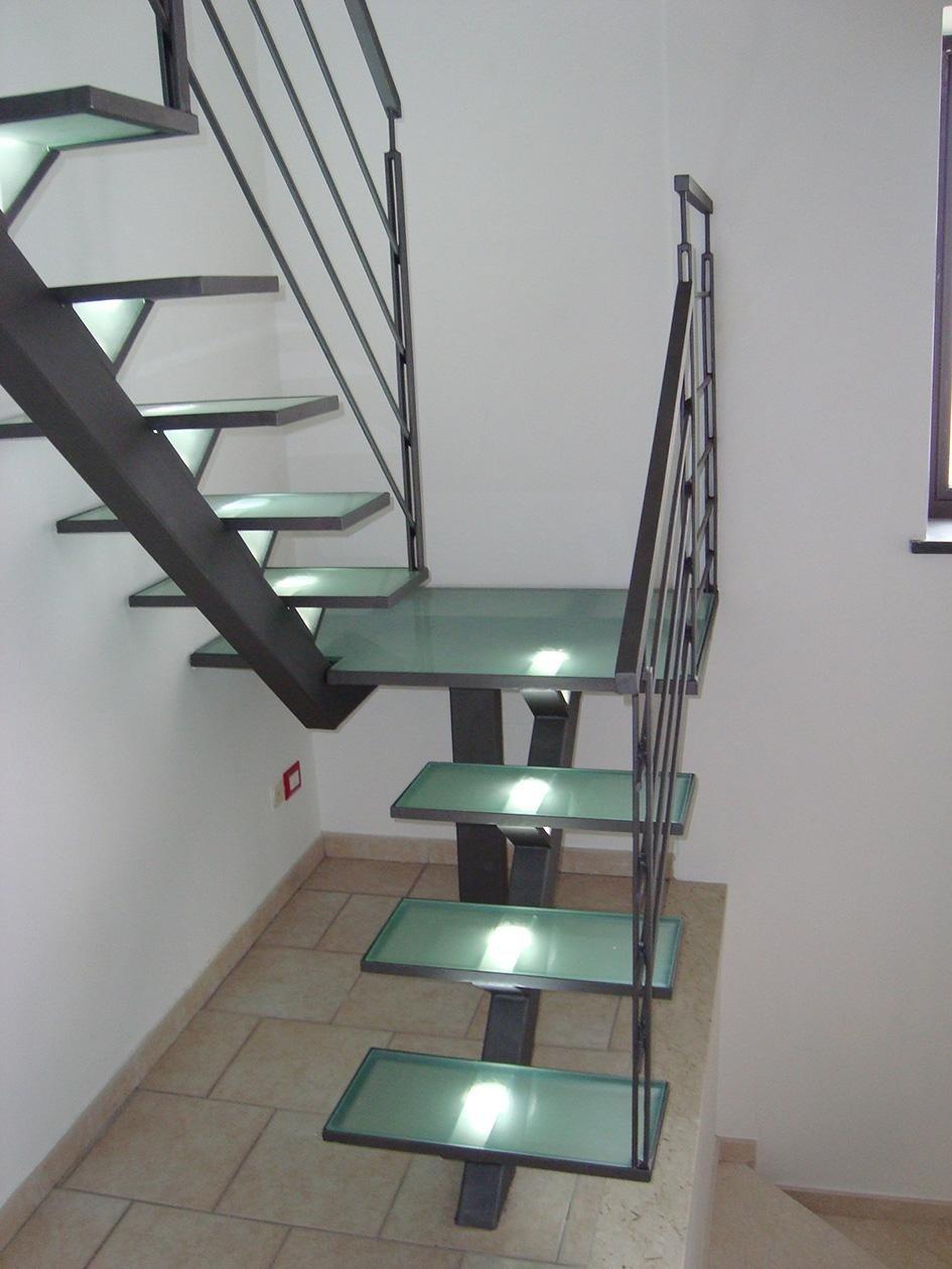 vista dei gradini in vetro verde di una scala
