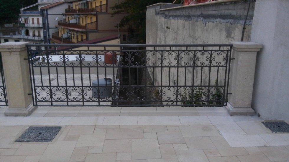 una ringhiera di un balcone con delle colonne
